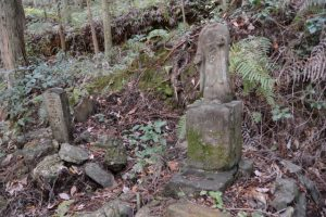 三界萬霊碑、地蔵菩薩(立岡墓地近くの石造物)
