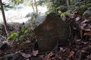 隅に隠れるように立つ板碑形石塔(立岡墓地近くの石造物)
