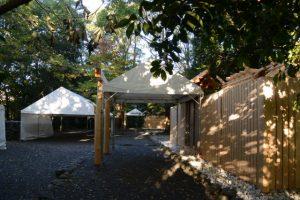 雨儀廊と昨夕に御遷座を終えた大間国生神社、仮殿となっていた草奈伎神社(豊受大神宮 摂社)