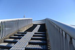 七里御浜へと続く歩道橋(南牟婁郡御浜町阿田和)