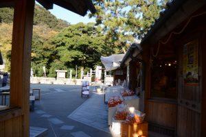 駐車場からお綱茶屋を通り抜けて花の窟神社へ