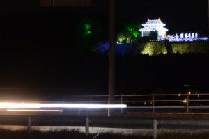 赤信号にて遠望、イルミネーションで復元された田丸城の天守閣(度会郡玉城町)