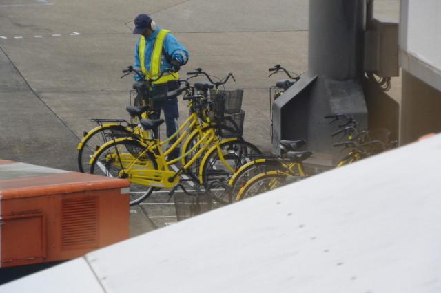 大阪国際空港(伊丹空港)で見つけた黄色い自転車