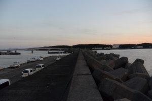 東串良漁港の突堤へ