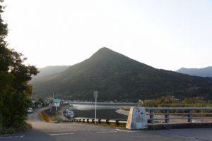 第一有明橋(塩入川)付近から望む権現山