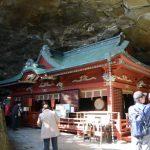 岩窟内に建てられた本殿(鵜戸神宮)