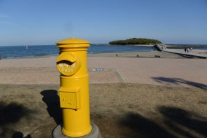 黄色いポストと青島