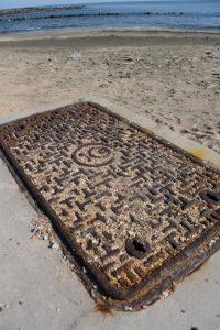 青島神社の参道で見かけた錆びた鉄蓋