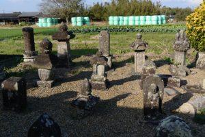 唐仁墓地に集められた墓石などの石造遺物(鹿児島県肝属郡東串良町新川西)