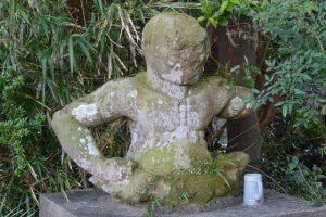 唐仁墓地への道路に設置されている仁王像(鹿児島県肝属郡東串良町新川西)