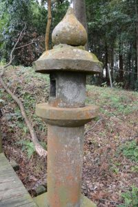 塚崎の大楠付近に建つ常夜燈