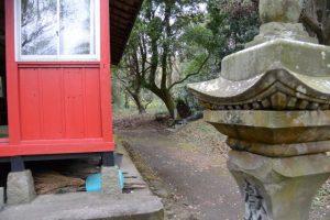 八幡神社の奥には溜水の田の神(東串良町)