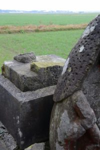 足が折れた川西の田の神(東串良町)