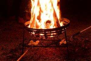 篝火での餅焼き(北御門参道にて)