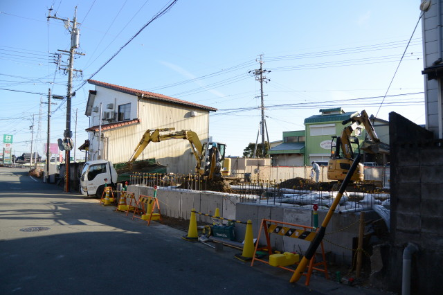 完成したコンクリート基礎に盛土作業中だった伊勢船江郵便局