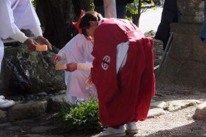 楠部町萬歳楽 代表、舞方、長老の手水(櫲樟尾神社)