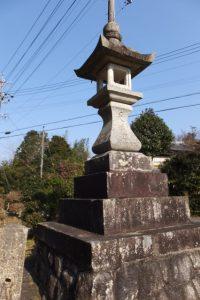 天満宮と刻された常夜燈(田丸神社、東側参道鳥居付近)