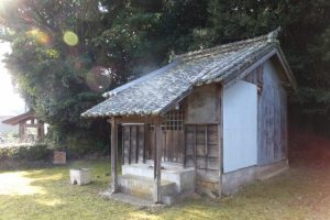 廃寺京造院不動堂(田丸神社、東側参道鳥居付近)