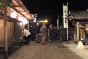 宇治青年団による寒参りの集合場所であるおかげ横丁入口の常夜燈