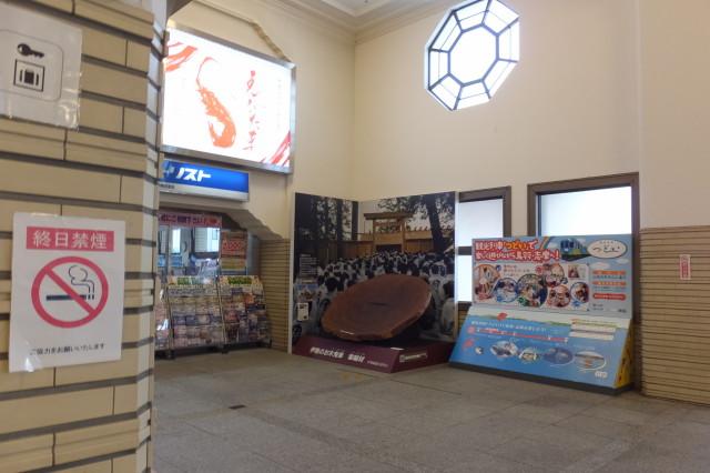 伊勢のお木曳車 車輪材の展示(宇治山田駅)