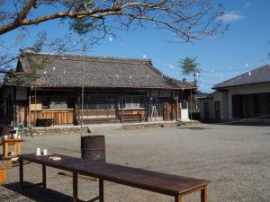 海蔵寺の境内(下久具公民館)