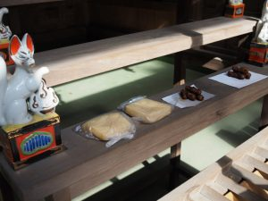 お供えされていた油あげとかりんとう、吉家神社(伊勢市河崎