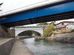 国道260号に架かる深谷大橋とその先の深谷橋(深谷水道)