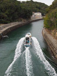 深谷水道を進む漁船?、つり船?