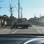 さらに、細い路地へと曲る電柱