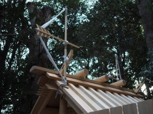 新社殿の屋根に雁股矢と鏑矢、小俣神社(豊受大神宮 摂社)