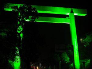 グリーンライトアップされた御幸道路の大鳥居(倭姫前交差点付近)