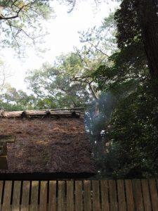 御塩焼固に際し屋根から漂う煙、御塩殿(御塩殿神社)