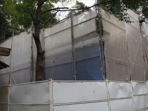 側面にブルーシートが張られた修繕中の拝殿、須原大社(伊勢市一之木)