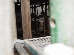 修繕が進められる拝殿、須原大社(伊勢市一之木)
