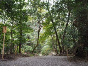 大津神社(皇大神宮 末社)付近に立てられた「立入を禁止します」の警告板