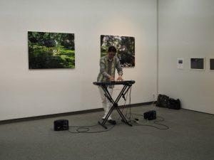 大谷清文さんによるエンディング演奏(写真好学研究所写真展)
