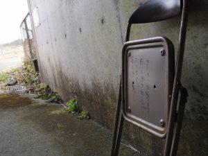 伊勢自動車道下のトンネル勢和多気42に置かれている折りたたみ椅子