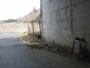 折りたたみ椅子が置かれている伊勢自動車道下のトンネル勢和多気42