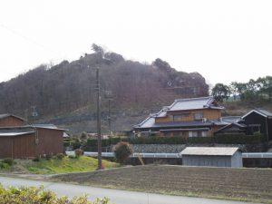 朝柄八柱神社付近から五箇篠山城跡の遠望