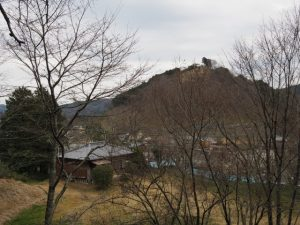 立梅用水付近から望む五箇篠山城跡(多気郡多気町朝柄)