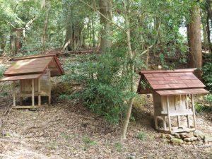 元興玉社が仮殿遷座されている山の神の祠(右)