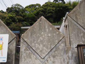 江コミュニティセンター(伊勢市二見町江)の壁に付けられた謎の跡