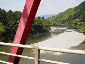 桜橋から遠望した立梅用水の初代井堰跡地方向(櫛田川)