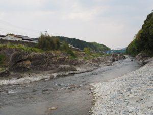 柿野小学校付近の沈下橋から望む深野大橋(櫛田川)