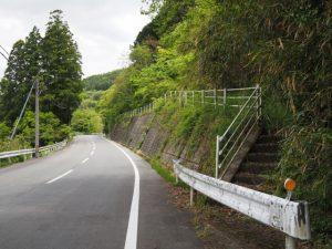 山腹へと続く階段とバードパイプ(古江交差点付近)
