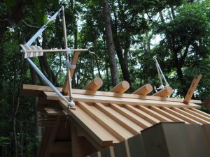 新社殿の屋根に鏑矢と雁股矢、江神社(皇大神宮 摂社)