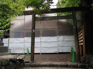 工事用のシートで覆われた須原大社(伊勢市一之木)
