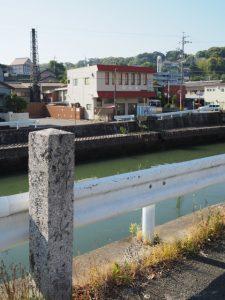 錦水橋の石標と勢田川越しに見える錦水湯