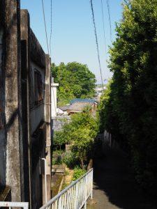 間の山(尾部坂)へと通じる路地