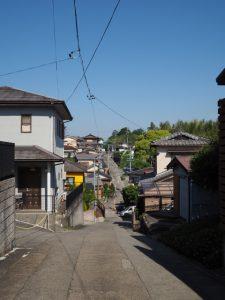 伊勢古市参宮街道資料館前の坂道(下って上って)